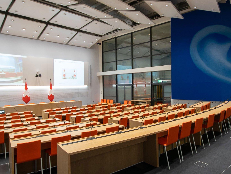 Referenzbild Medienzentrum Ein Grosser Saal mit einer Projektionswand
