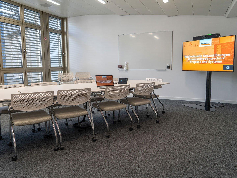 Referenzbild Mobiliar Sitzungsraum mit einem Display
