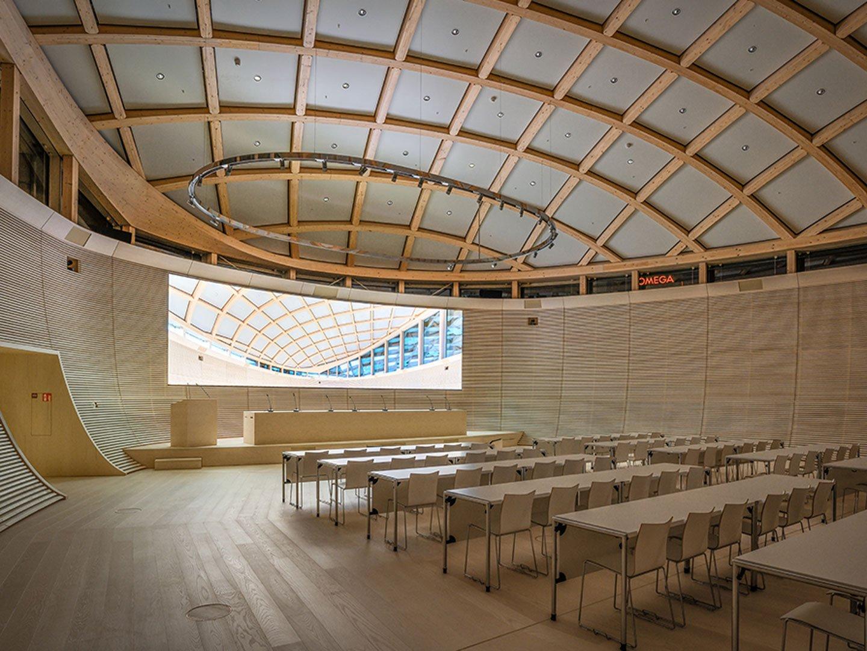 Referenzbild Omega ein grosses Sitzungszimmer mit einer LED-Wand