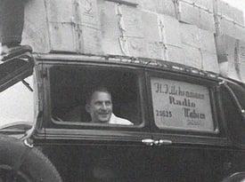 Kilchenmann Geschichte 1933 zeigt Hans Kilchenmann in altem Auto