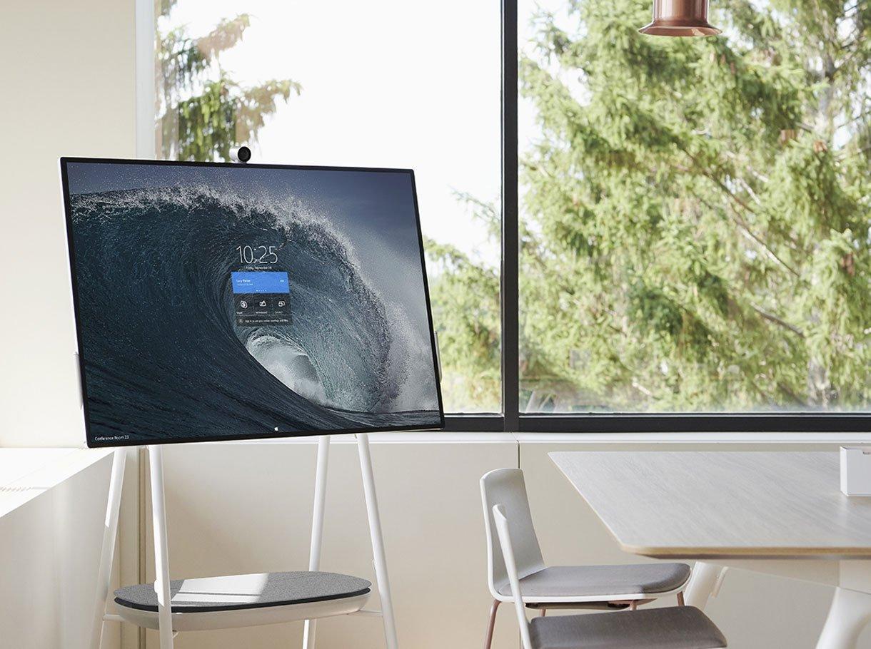 Microsoft Surface Hub 2 auf Standfuss in einem hellen Sitzungszimmer