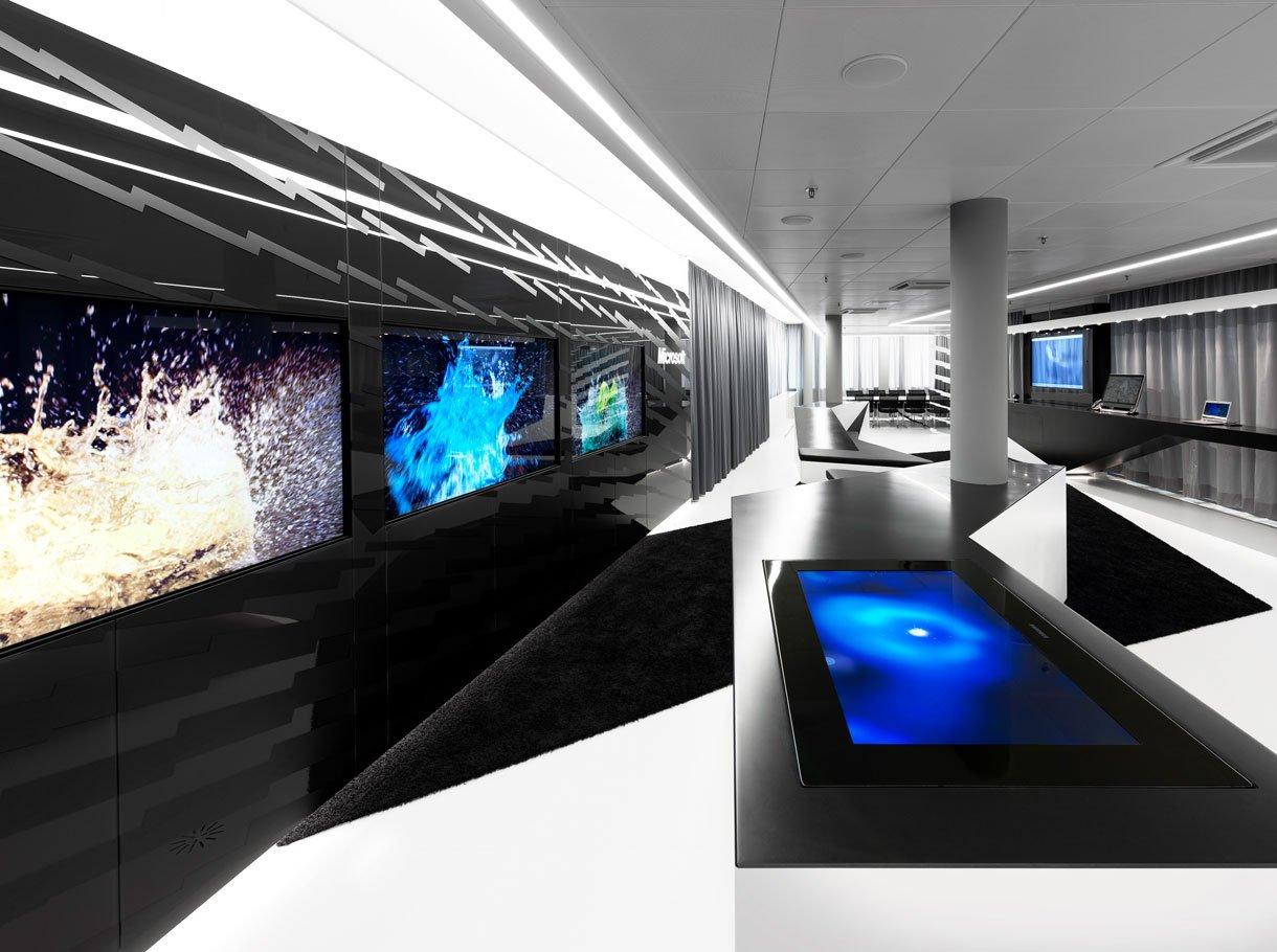 Microsoft Zürich Innenraum mit vielen technischen Geräten und sehr moderner Möbilisierung
