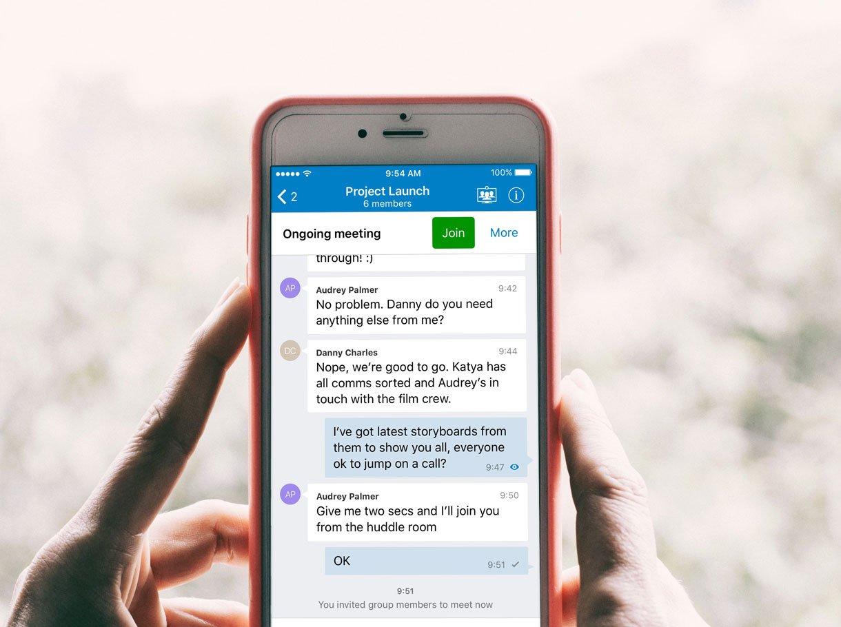 iPhone mit Videoconferencing App auf Display